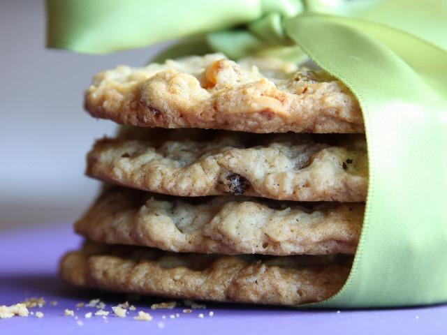 Медовое печенье с орехами в салфетке
