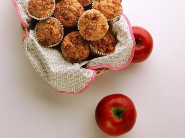 Кексы в корзине и два красных яблочка