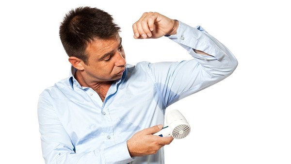 Мужчина борется с пятнами на одежде