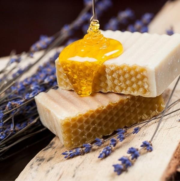 Соты и лавандовый мед