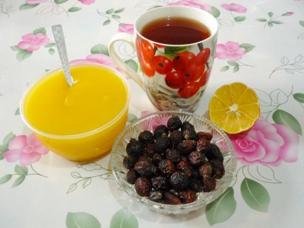 Чай, мед, лимон и шиповник