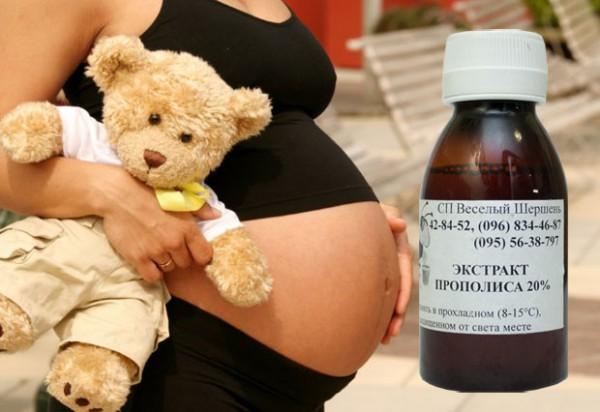 Беременная женщина с настойкой прополиса