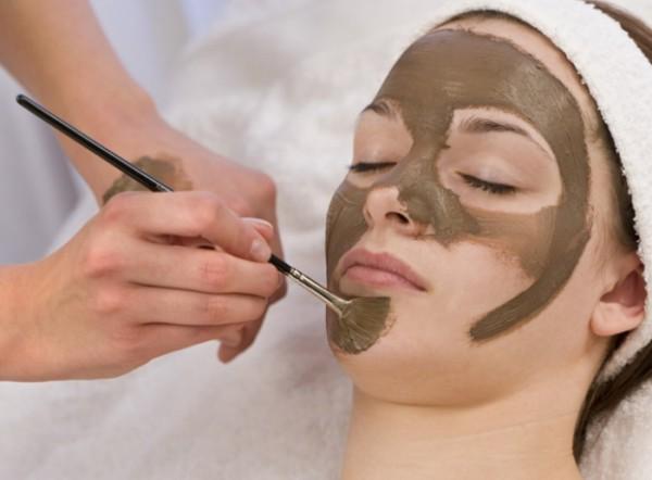 Девушка с грязевой маской на лице