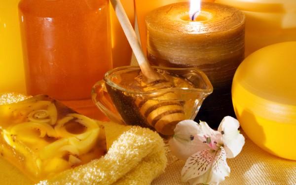 Мед, свечи и полотенце