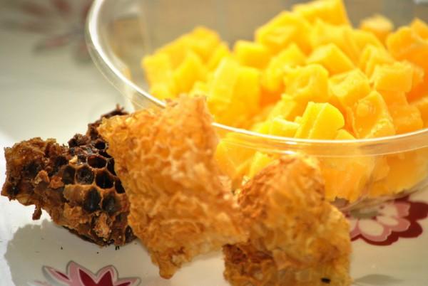 Дробленный пчелиный воск и соты
