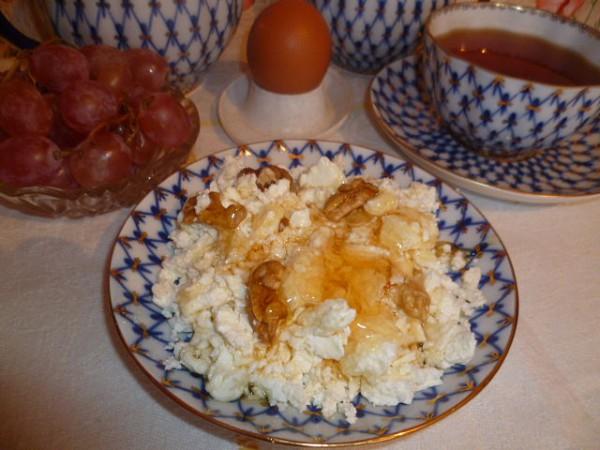 Творог с медом и орехами