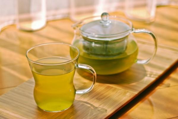 Зеленый чай и заварник