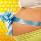 Беременная женщина с бантом