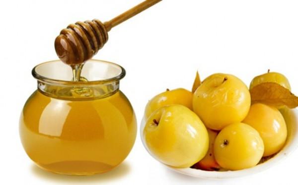 Моченые яблоки рядом с кувшином с медом