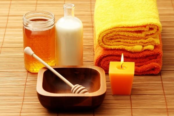 Мед и кефир возле полотенца