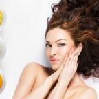 Девушка и ингредиенты для масок в мисочках
