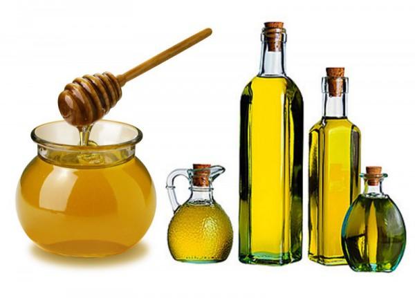 Мед и оливковое масло в бутылках