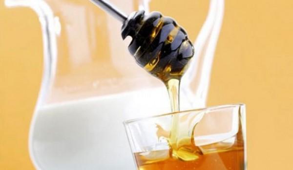 Мед и молоко в кувшине