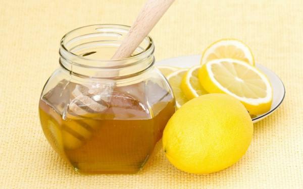 Мед и лимон рядом
