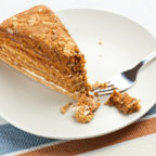 Медовое пирожное на тарелке