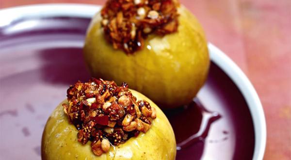 Зеленые яблоки и орехи