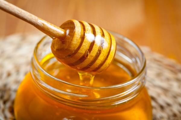 Мед в баночке и ложка
