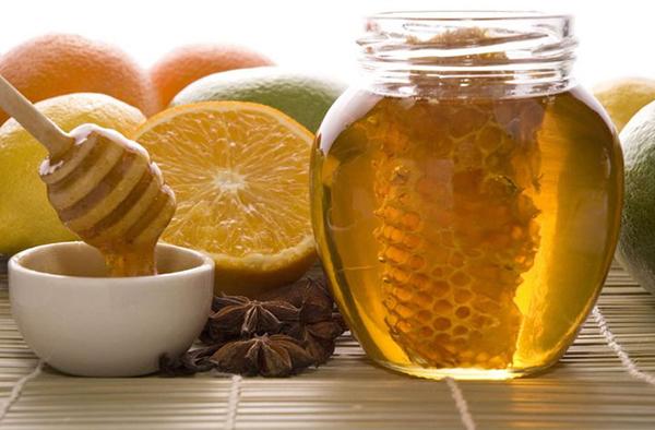 Соты, жидкий мед и лимоны