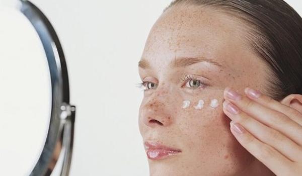 Нанесение крема на кожу с веснушками