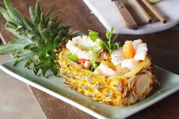 Блюдо с ананасом с красивой подачей