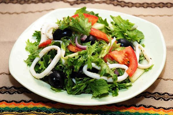 Популярные рецепты самых вкусных и простых салатов из кальмаров