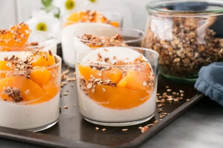 Нежный творожный десерт с хурмой и медом
