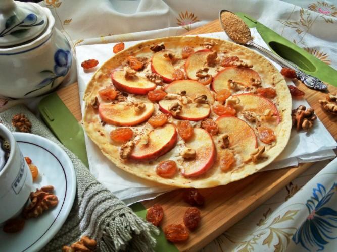 Пинца с персиками, медом и грецкими орехами