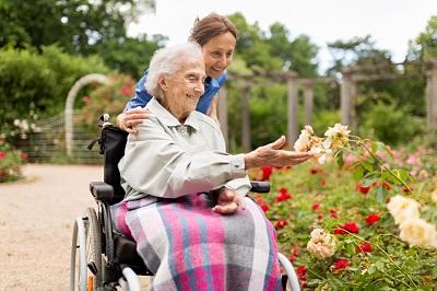 Что делать, если пожилой родитель отказывается от услуг по уходу?